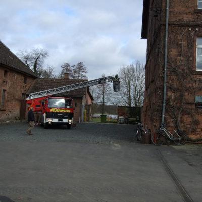 Die Feuerwehr Büdingen unterstützt unsere Arbeiten mit der Drehleiter